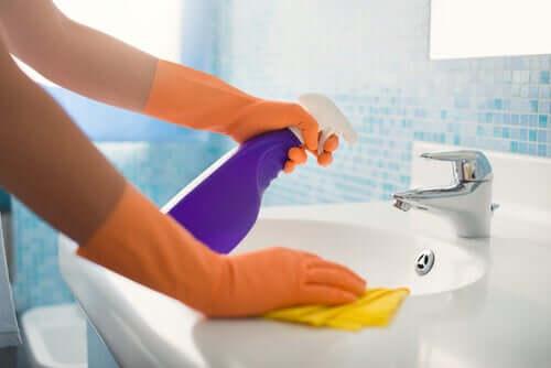 Pulizia del bagno con prodotti.