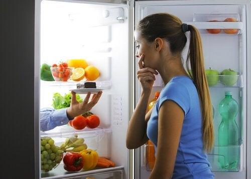 Ragazza apre il frigo di notte