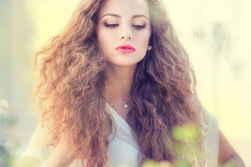 5 maschere naturali per i capelli elettrici