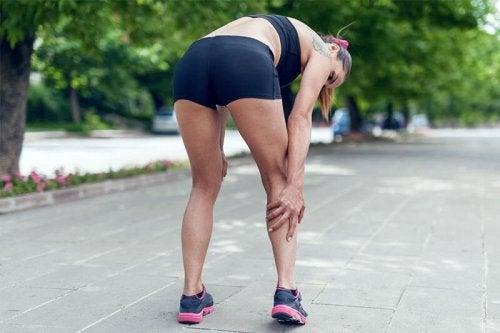 Ragazzi ha i crampi dopo l'attività fisica