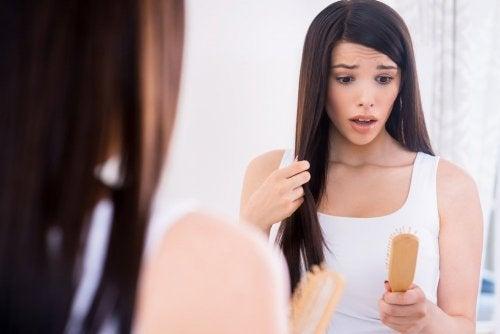 Ragazza preoccupata per il diradamento dei capelli