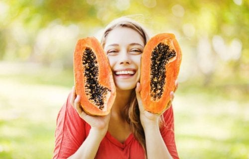 Ragazza sorridente con papaya