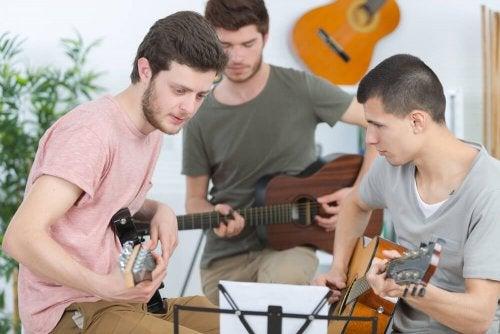 Ragazzi che suonano musica