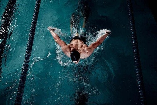 Ragazzo che nuota