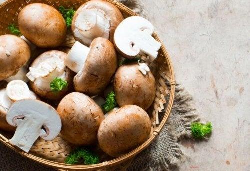 Funghi in una ciotolina con aromi