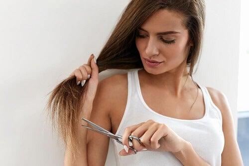 Riparare le doppie punte senza tagliare i capelli