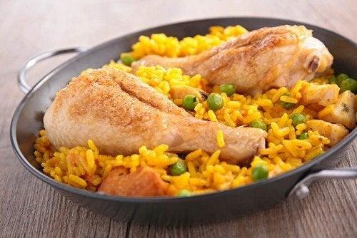 Risotto con pollo e curcuma in stile rustico
