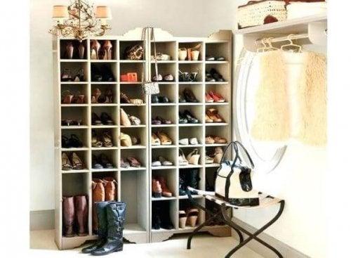 Scarpiera in legno grande con scarpe