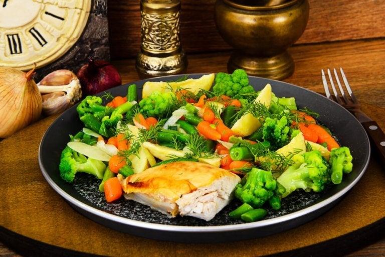 Verdure bollite con petto di pollo