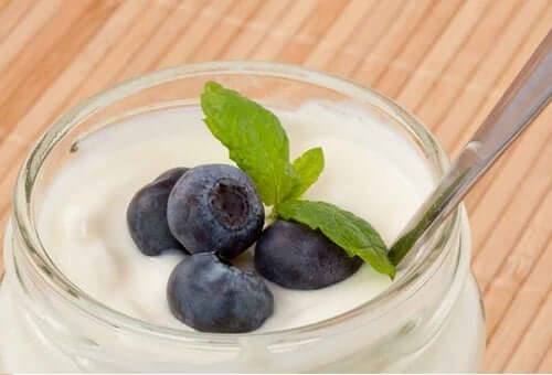 Yogurt bianco con mirtilli.