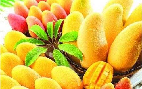 Cestino di frutti di mango