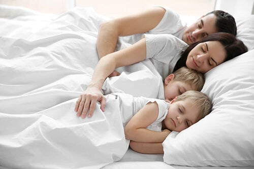 Dormire nel lettone con mamma e papà