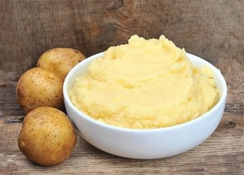 Patate con ciotola di puré