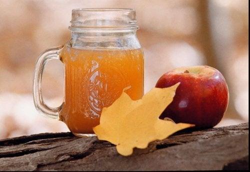 Bicchiere con aceto di mele