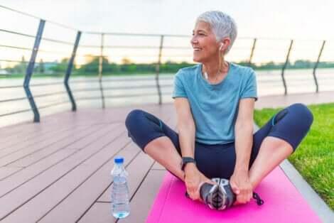 Ridurre il rischio di demenza: donna che fa esercizio.