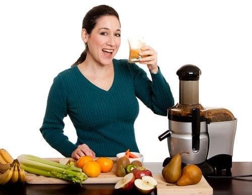 Donna che prepara succhi vegetali