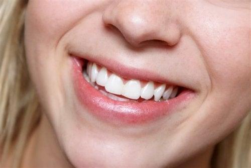 Donna con denti bianchi