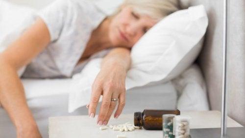 Donna prende pillole per dormire