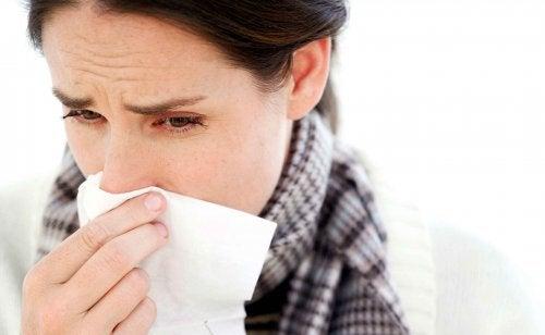 Donna si soffia il naso con il fazzoletto