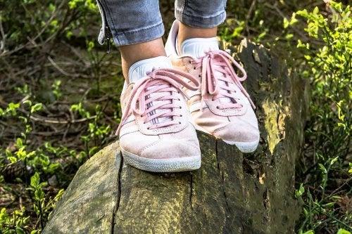 Piedi con scarpe da ginnastica rosa