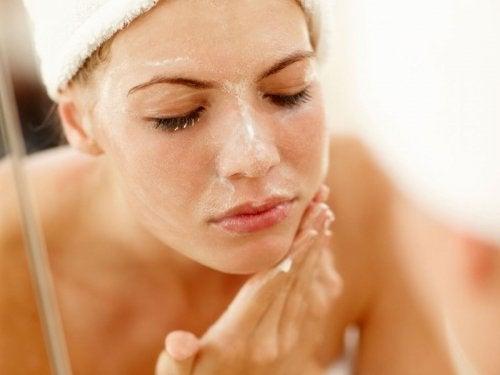 Ragazza che si deterge il viso