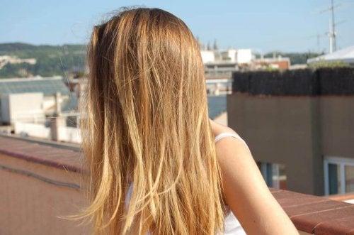 Ragazza con i capelli biondi e lunghi