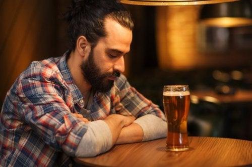 Ragazzo beve una birra