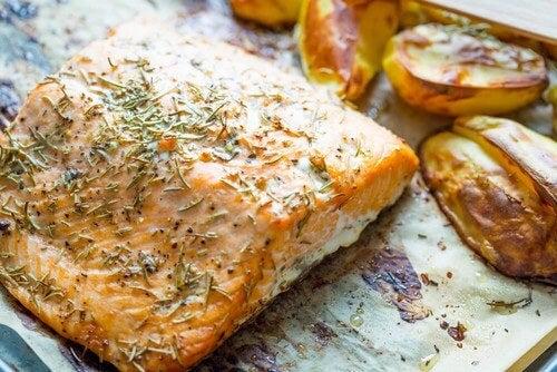 Salmone al forno con patate e verdure, deliziosa ricetta