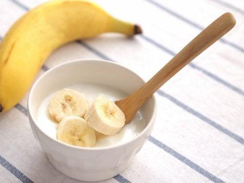 Ciotolina con fettine di banana e yogurt