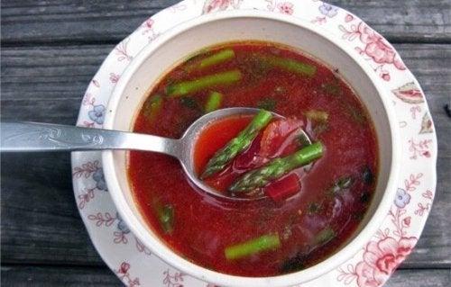 Sopa de remolacha y espárragos