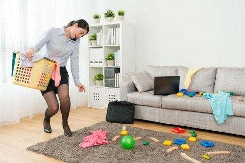 Donna che fa le pulizie