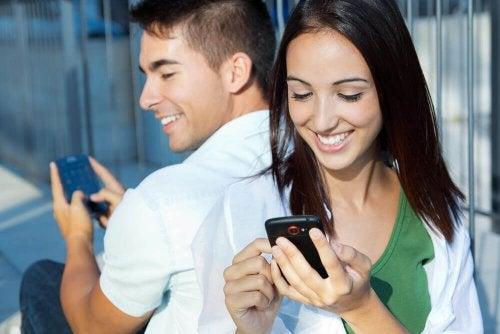 Uomo e donna con cellulare