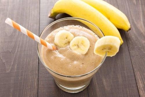 Frullato di latte di nocciole e banane