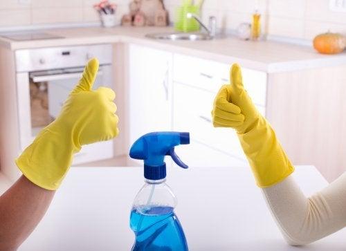 Coppia fa le pulizie