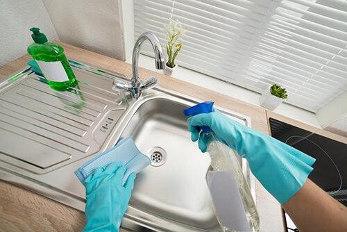 Pulire e disinfettare il lavandino in modo efficace