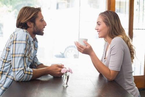 Ragazzo e ragazza parlano al bar