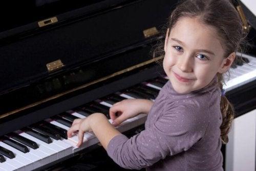Bambina al piano