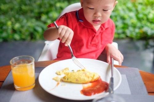 Bambino mangia uova