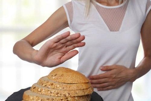Donna che respinge il pane per motivi di intolleranza