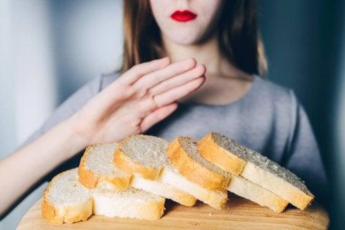 Donna che rifiuta delle fette di pane