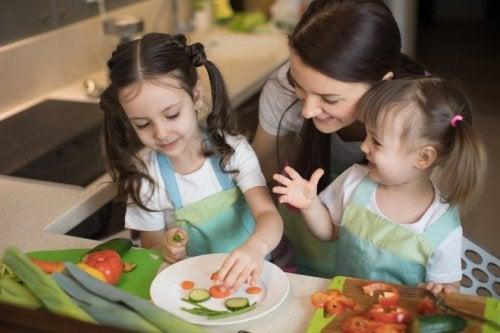 Mamma cucina con le figlie