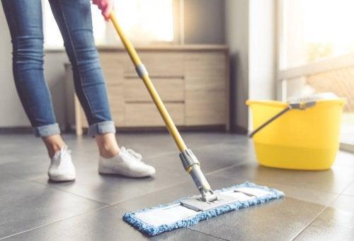 Lavare le piastrelle: 7 utili consigli vivere più sani