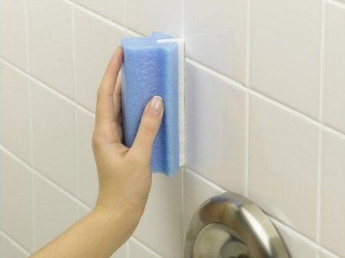 Pulire le piastrelle delle pareti