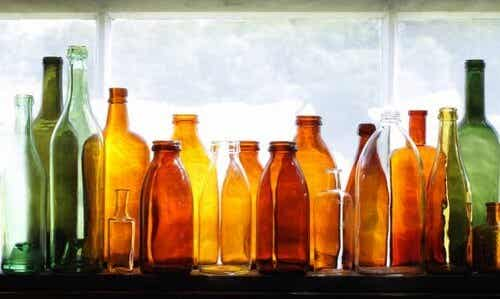 Riciclare le bottiglie di vetro per decorare il giardino