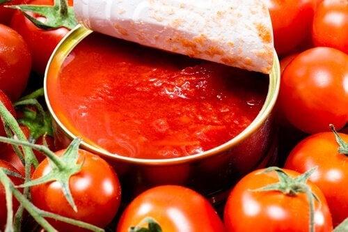 Salsa di pomodori in lattina e pomodori