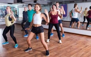 Persone che ballano in palestra