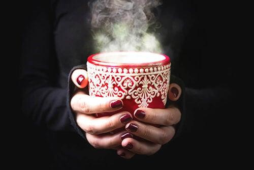 Calmare il mal di gola con bevande calde e fredde