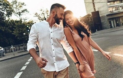 Due ragazzi innamorati per mano attraversano strada