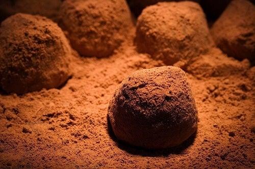 Dei tartufi al cioccolato in preparazione nella farina