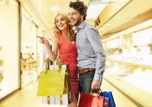 Ragazza indica in negozio con fidanzato sottobraccio